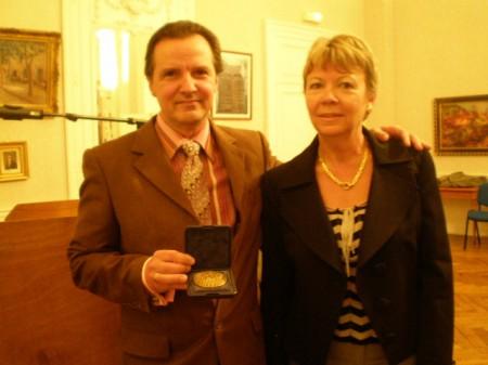 Charles Carson reçoit la médaille d'honneur de la ville de Sées, des mains de Lydia Fayel 2007